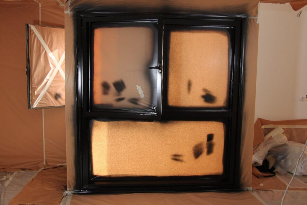 מסגרת חלון האלומיניום לאחר הצביעה בהתזה - כאשר הצבע עוד טרי