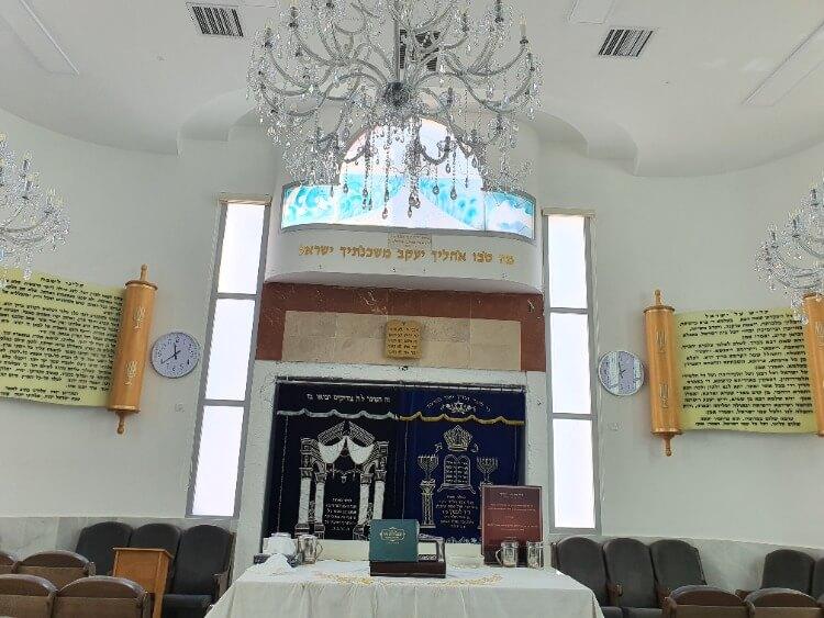 צביעת חלונות אלומיניום בבית הכנסת