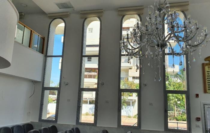 חידוש חלונות אלומיניום בבית כנסת