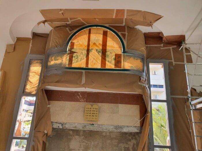צבית מסגרת חלון אלומיניום בבית כנסת