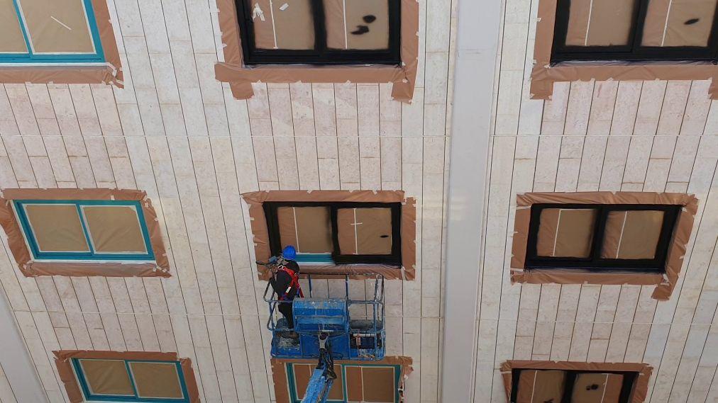 צביעת חלונות אלומיניום בבנייני משרדים בהוד השרון